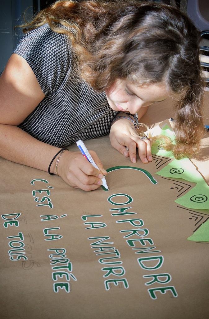 jeune fille crée une affiche animation nature