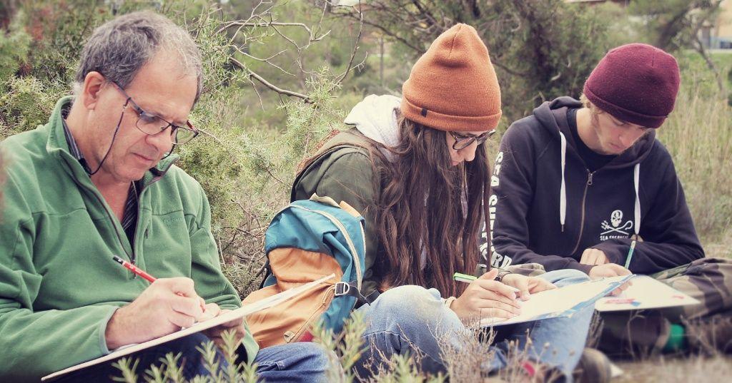enseignant et élèves en train d'écrire dans un champ