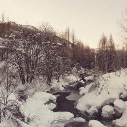 paysage et rivière sous la neige